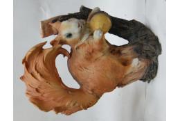 Фигура Белка на коряге с орешком - интернет-магазин Крассула