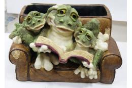 Фигура Зоокашпо *Лягушки в кресле с книжкой*