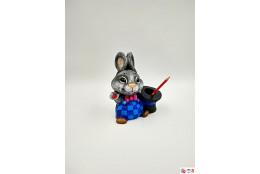 Фигура Гаврошевый зайка со шляпой карандашница